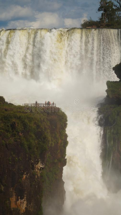 Fine della cascata delle cascate di Iguazu sulle viste dal lato argentino fotografie stock