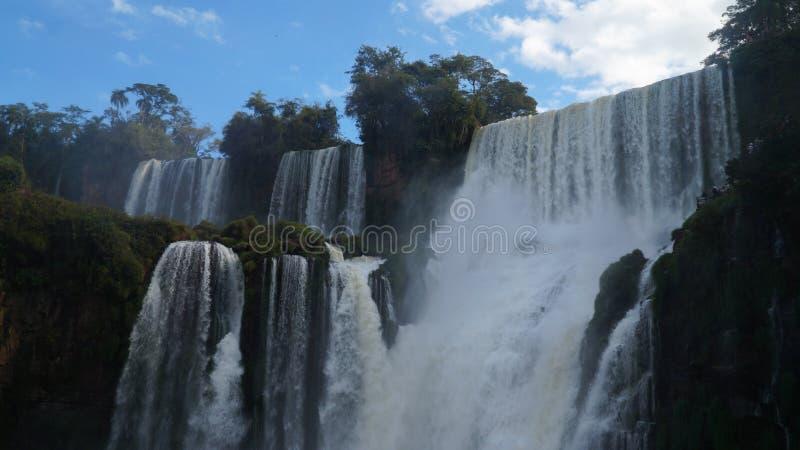 Fine della cascata delle cascate di Iguazu sulle viste dal lato argentino immagini stock