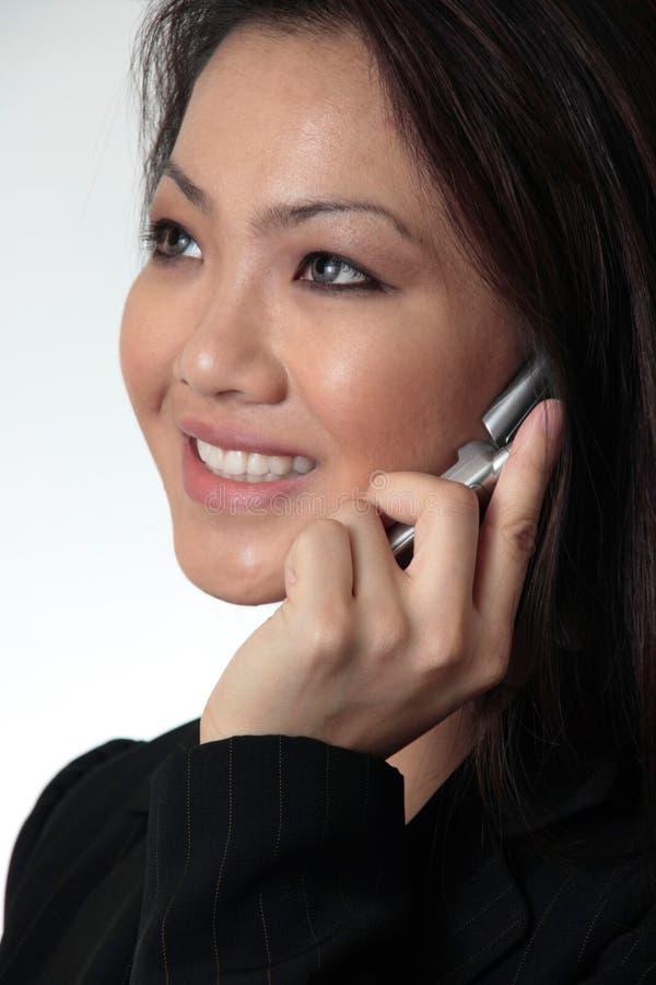 Fine--della donna attraente di affari che comunica sul telefono delle cellule immagine stock