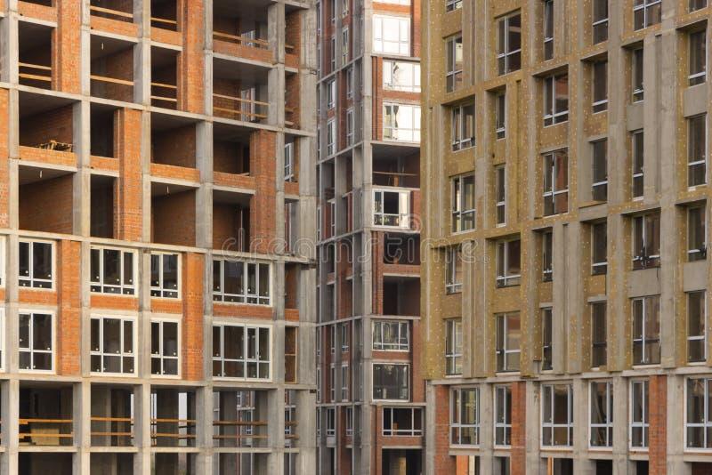 Fine della facciata della costruzione del cantiere su fotografia stock libera da diritti