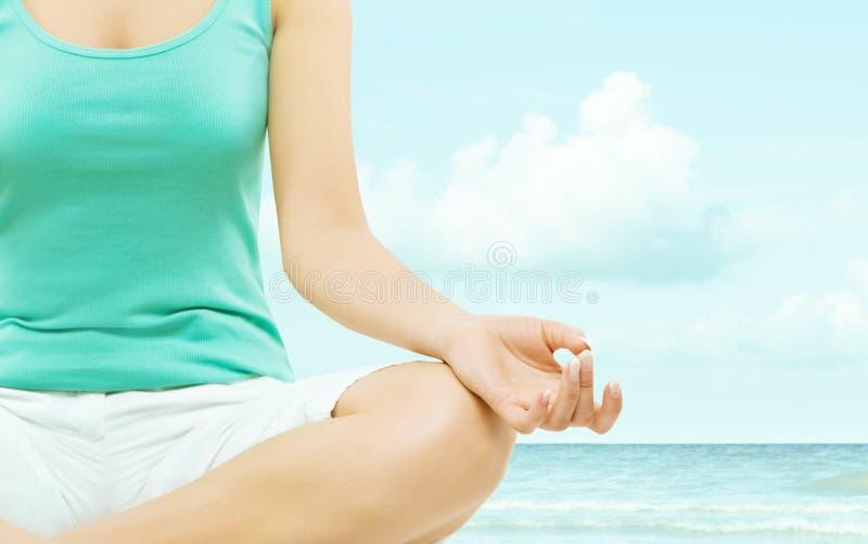 Fine della mano di posa di yoga su sopra il cielo fotografie stock