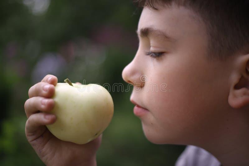 Fine della mela della bocca dell'adolescente sul ritratto immagine stock