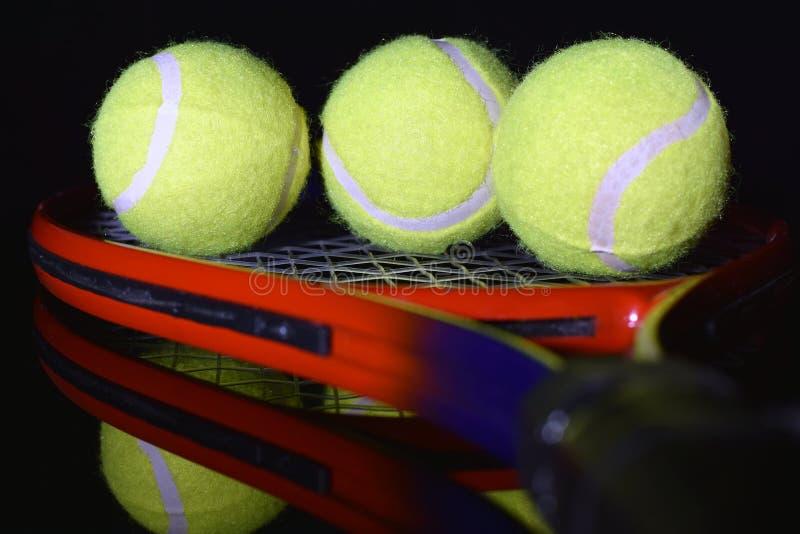 Fine della racchetta di tennis e delle palline da tennis su fotografie stock