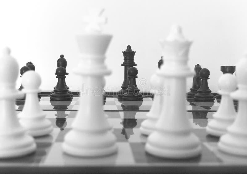 Fine della scacchiera sulla mostra della parte dei pezzi degli scacchi immagine stock