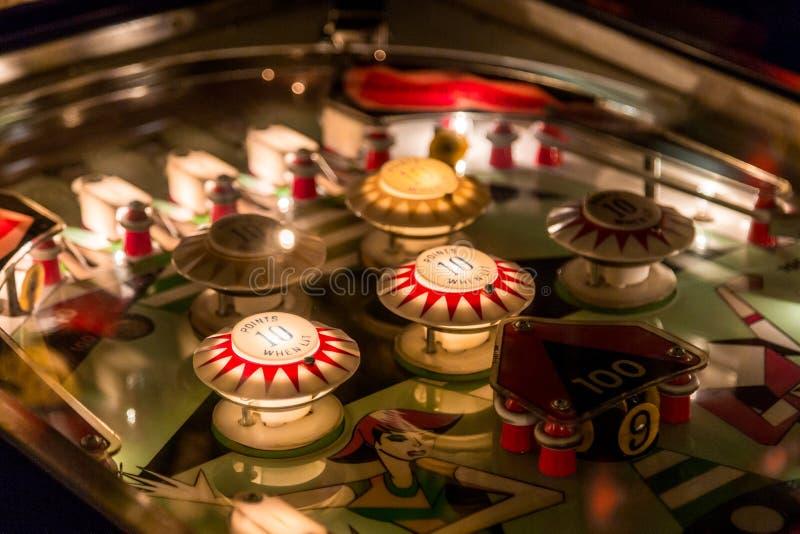 Fine della tavola del flipper sulla vista della macchina d'annata del gioco fotografia stock