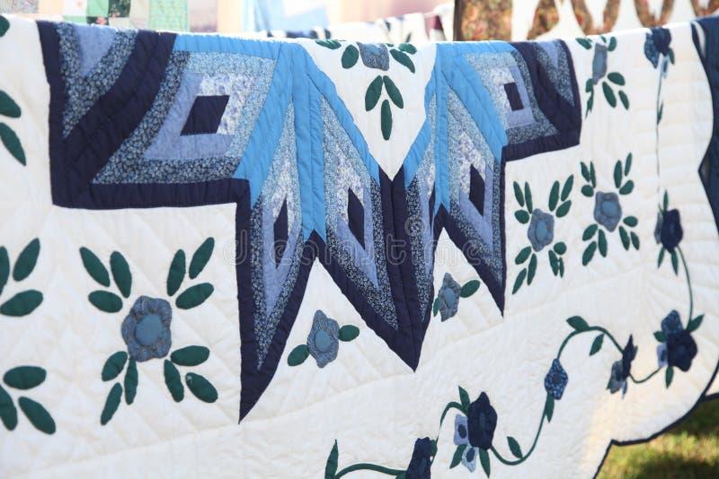 Fine della trapunta della stella blu di Amish su del modello che appende sulla linea nel Delaware immagini stock libere da diritti