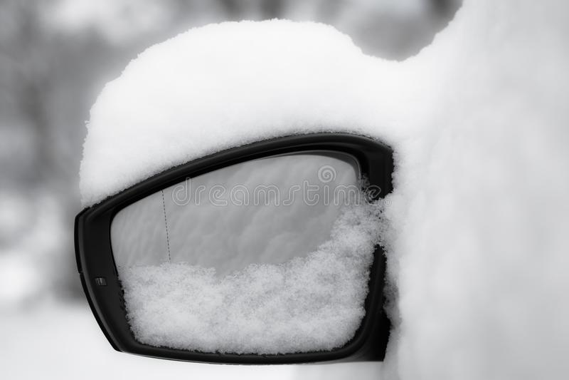 Fine dello specchietto retrovisore esterno dell'automobile su, snowcapped in bianco e nero fotografie stock