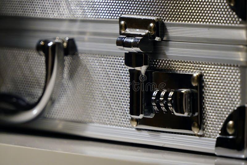 Fine di alluminio della serratura della valigetta sulla vista fotografie stock