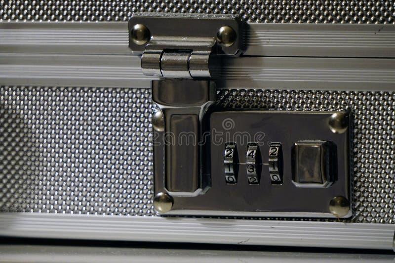 Fine di alluminio della serratura della valigetta sulla vista fotografia stock libera da diritti