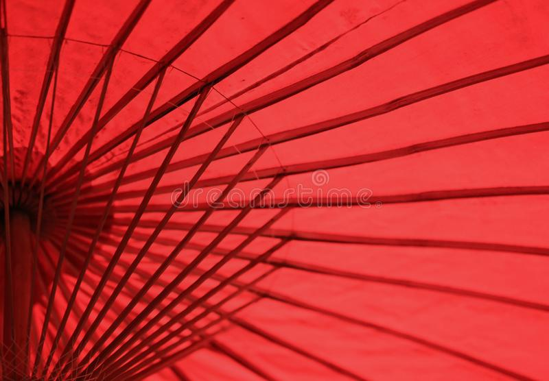 Fine di carta tradizionale cinese rossa dell'ombrello su fotografie stock libere da diritti