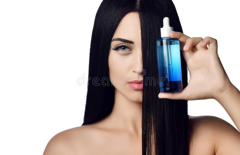 Fine di concetto della pubblicità su della donna castana con capelli lunghi che riguardano metà del suo fronte che mostra indietr immagini stock