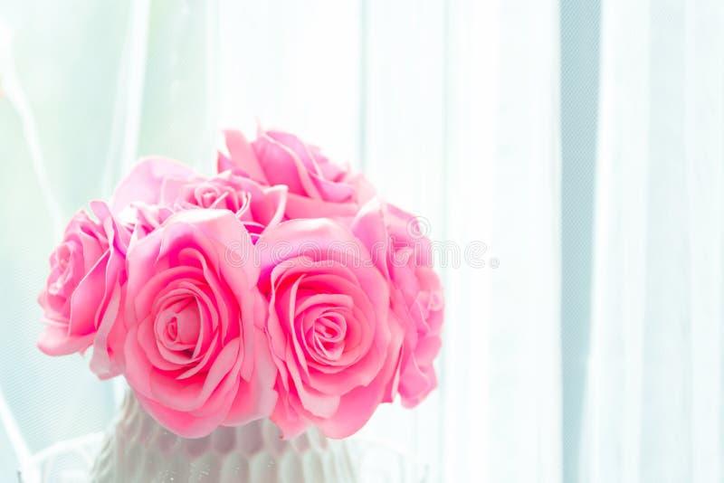 Fine di macro della rosa di rosa su con la stazione termale della copia libera e di luce solare naturale fotografie stock