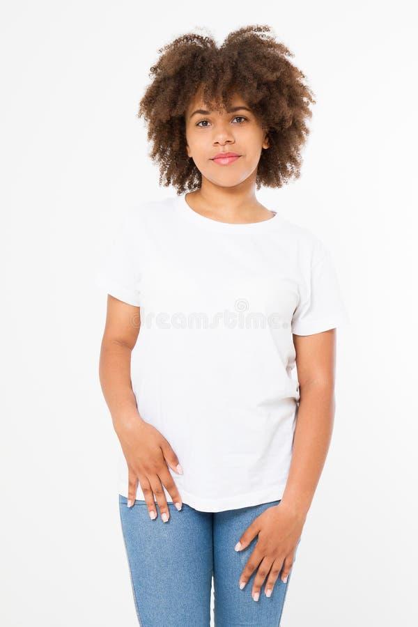 Fine di progettazione della maglietta di estate e di concetto della gente su di giovane donna afroamericana in maglietta in bianc immagini stock