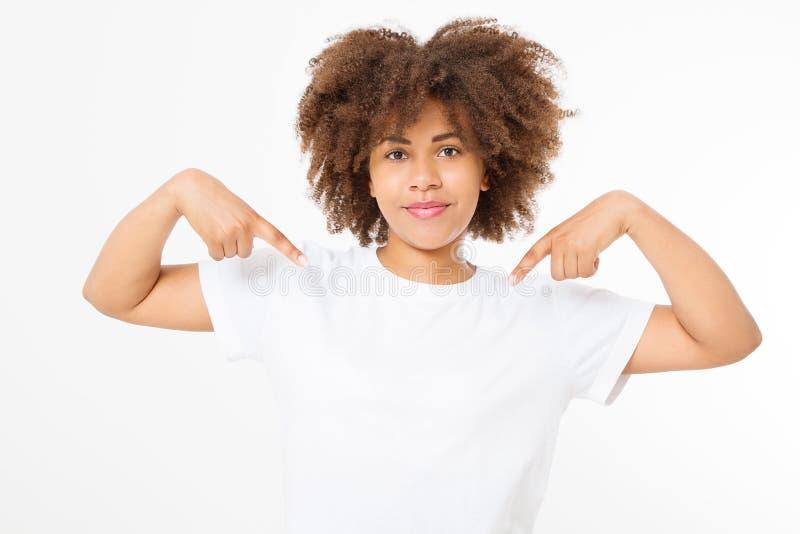 Fine di progettazione della maglietta di estate e di concetto della gente su di giovane donna afroamericana in maglietta in bianc fotografia stock libera da diritti