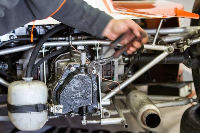 Fine di riparazione del motore in su In strumento delle mani fotografia stock libera da diritti