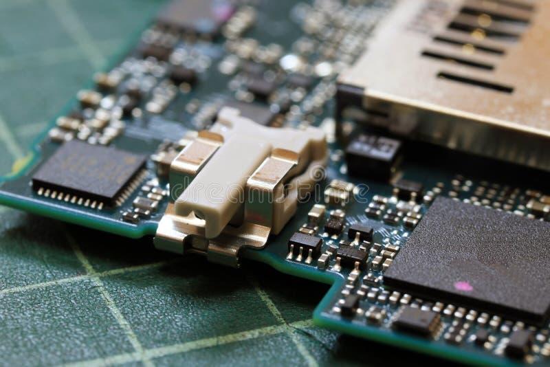 Fine di tecnologia del fondo di elettronica su del circuito verde del corredo immagini stock