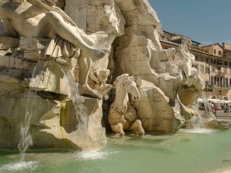 Fine di tempo di giorno su della fontana di quattro fiumi in navona della piazza, Roma immagine stock