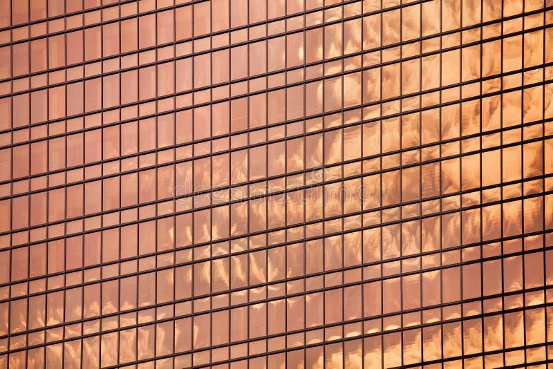 Fine di vetro rossa della superficie della parete del grattacielo su, vista moderna del centro di affari, distretto urbano finanz fotografie stock