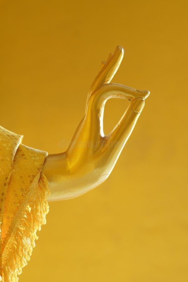 Fine dorata di mudra di Vitaka della statua di Buddha sulla foto fotografie stock libere da diritti
