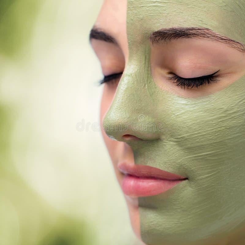 Fine estrema su alga facciale che echeggia sulla giovane donna fotografia stock