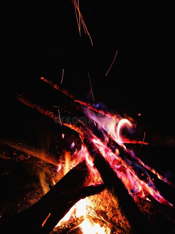 Fine estrema su delle scintille del fuoco che si muovono sul cielo notturno scuro come fondo nero che viene brillantemente dalla  fotografie stock libere da diritti