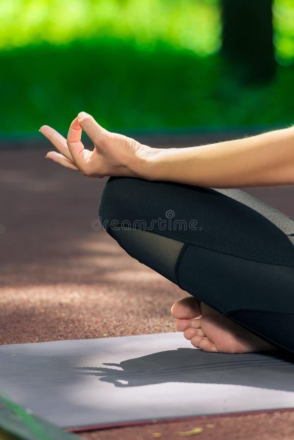 fine femminile della mano su yoga di posa del loto immagine stock