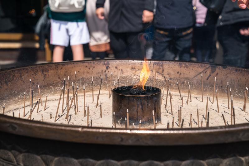 Fine fino ad incenso in bruciaprofumi che bastoni leggeri turistici di incenso per pregare al tempio di Todai-ji a Nara, Giappone fotografia stock libera da diritti