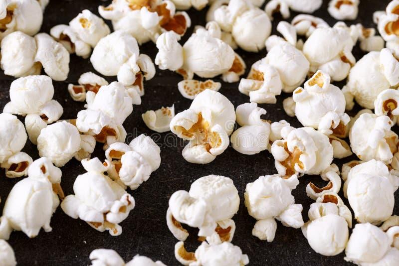 Fine fresca del popcorn su sulla tavola nera immagini stock libere da diritti