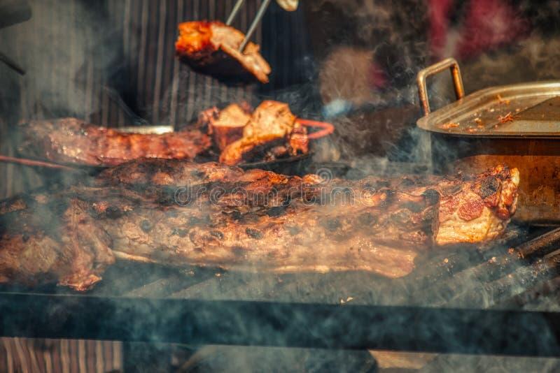 Fine fumosa del barbecue sulle carni immagini stock libere da diritti