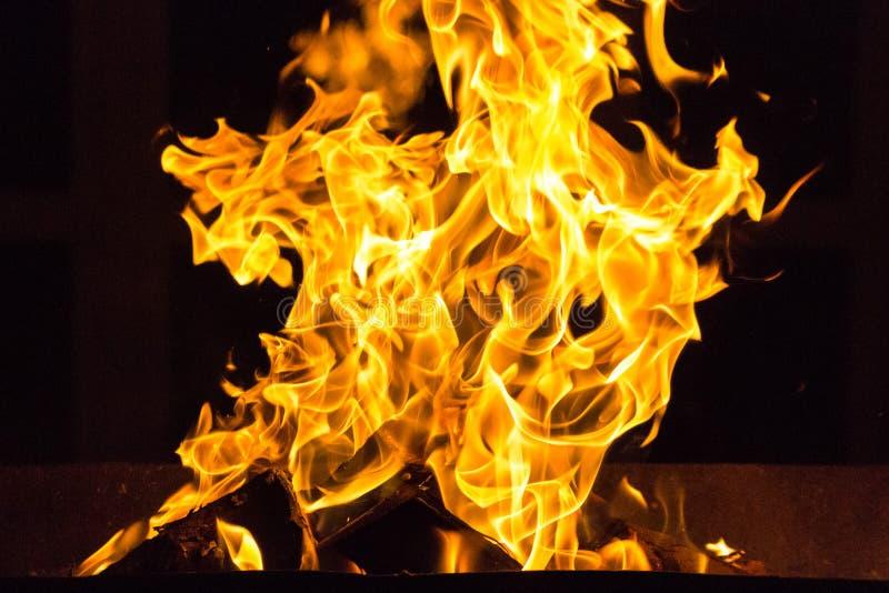 Fine luminosa del fuoco dell'elemento del fuoco su fotografia stock libera da diritti