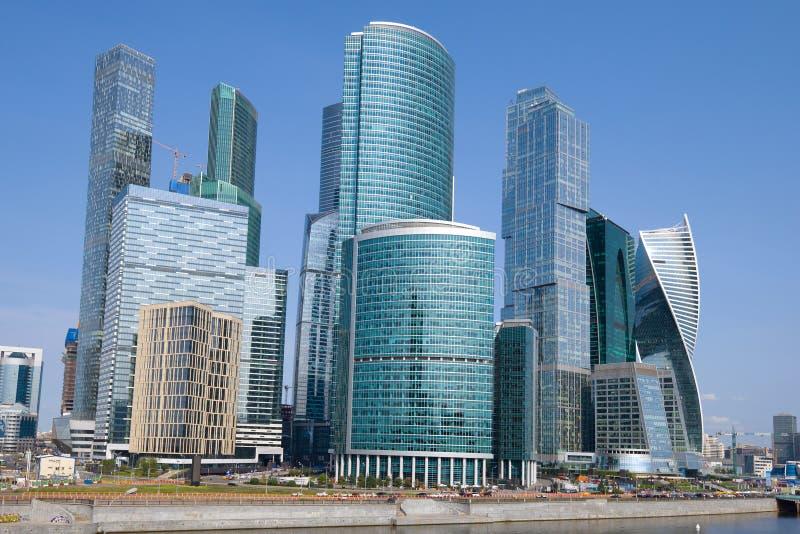 Fine moderna del complesso della città di Mosca di palazzo multipiano su sul pomeriggio soleggiato di settembre fotografie stock