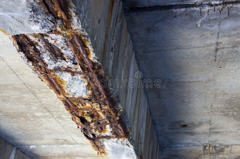 Fine nociva di sostegno del ponte - sul calcestruzzo di transportatin fotografie stock libere da diritti
