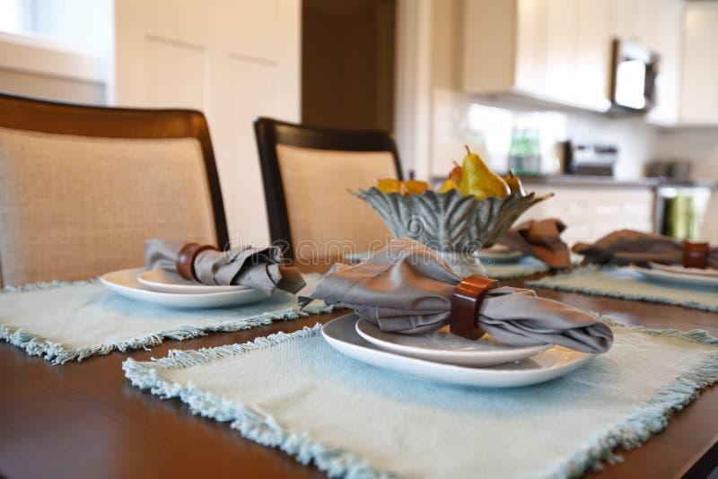 Fine piacevole su di un tavolo da pranzo con la regolazione operata della tavola fotografie stock
