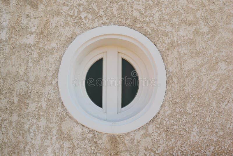 Fine rotonda bianca della finestra su Fotografia impassibile fotografia stock libera da diritti