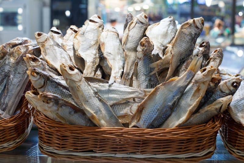 Fine salata secca della merce nel carrello del pesce del pesce persico su, vendita asciutta del branzino sul mercato dei frutti d fotografie stock