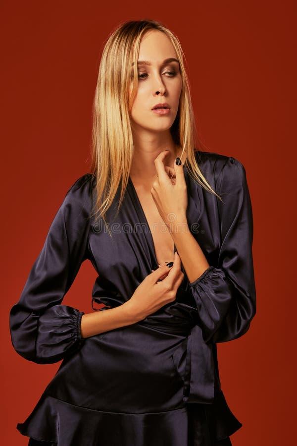 Fine seducente sul ritratto di bella giovane donna bionda in vestito da cocktail immagine stock libera da diritti