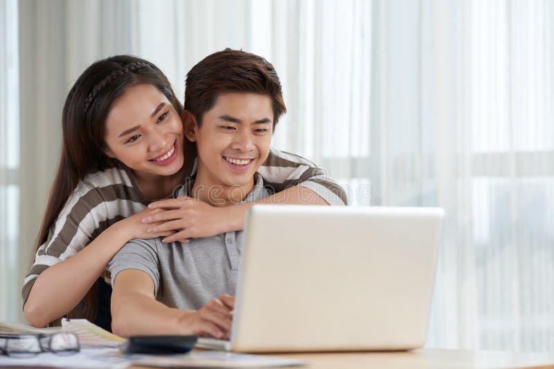 Fine settimana asiatico di spesa delle coppie insieme immagine stock libera da diritti