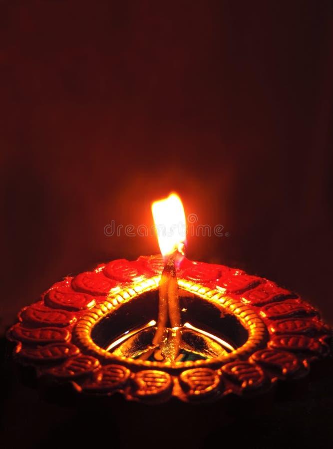Fine simmetrica centrale sulla lampada scura dell'argilla dell'olio di diwali o chirag su fondo nero arancione scuro con arancio  immagini stock libere da diritti