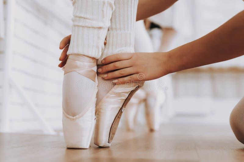 Fine in su Addestramento di balletto delle ragazze all'interno fotografie stock libere da diritti