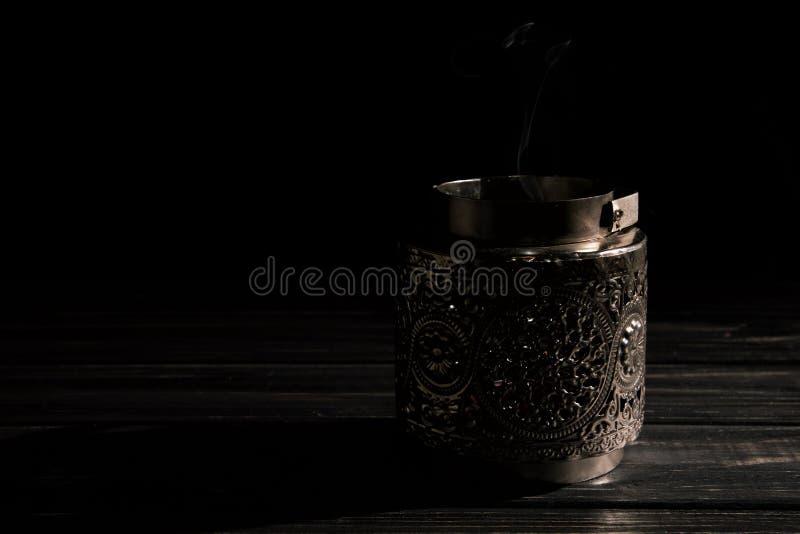 Fine in su Candeliere d'argento d'annata con la candela estinta, un gocciolamento di fumo grigio Esaminando macchina fotografica  fotografia stock