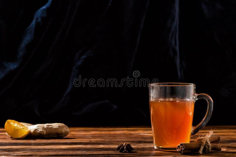 Fine in su Composta ucraina tradizionale uzvar in una tazza trasparente di vetro Vicino è il limone, la radice dello zenzero, spe fotografie stock libere da diritti