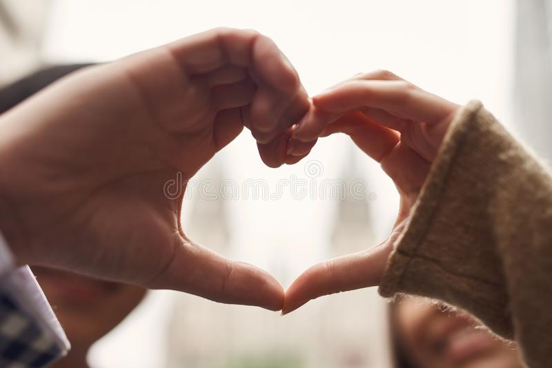 Fine in su Coppie amorose che un le mani Illustrare il cuore di gesto fotografie stock libere da diritti