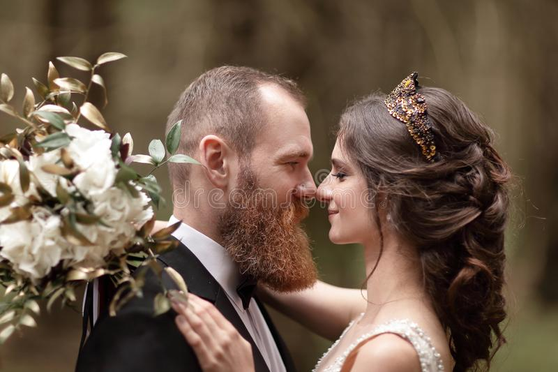 Fine in su coppie nell'amore sui precedenti della foresta fotografia stock