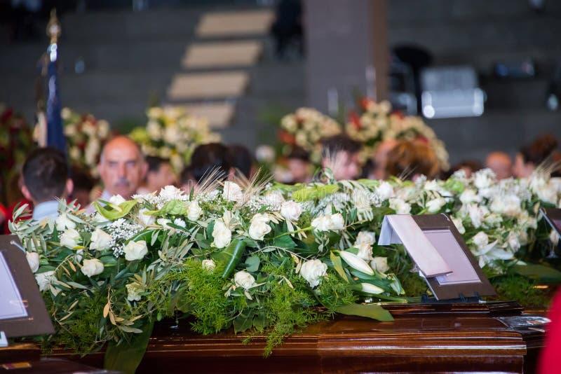 Fine su dei fiori bianchi per le vittime del crollo del ponte di Morandi fotografia stock