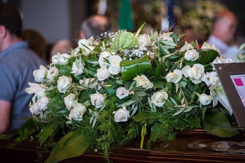 Fine su dei fiori bianchi per le vittime del crollo del ponte di Morandi fotografia stock libera da diritti