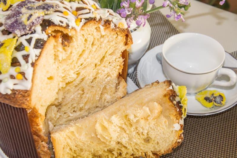 Fine su del dolce al forno domestico tipico di Pasqua immagine stock libera da diritti