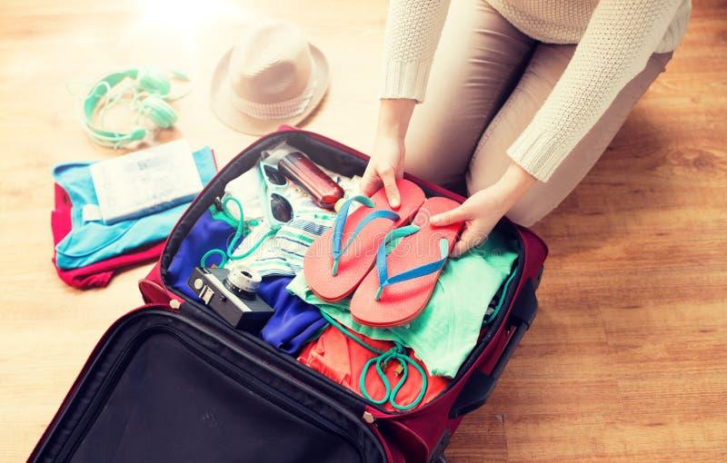 Fine su della borsa di viaggio dell'imballaggio della donna per la vacanza fotografia stock libera da diritti