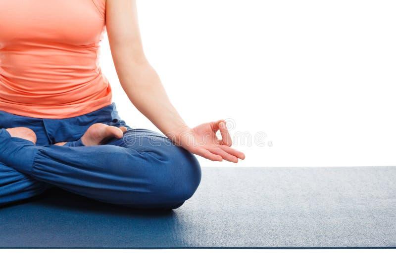 Fine su della donna nella posa di Padmasana Lotus di asana di yoga immagine stock libera da diritti