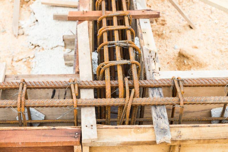 Fine su della muffa di legno con la barretta d'acciaio che forma il fascio del fondamento al cantiere fotografia stock