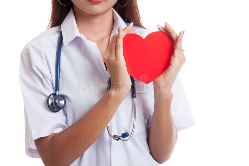 Fine su della tenuta femminile asiatica di medico un cuore rosso e immagine stock